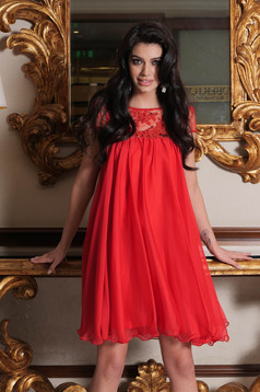Red occasional dress with easy cut with embroidery details from veil with inside lining