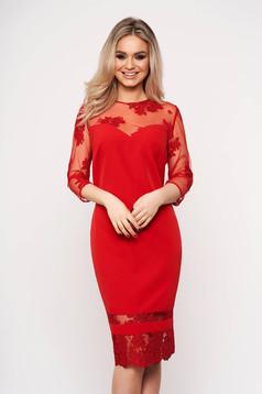Rochie rosie de ocazie tip creion din material usor elastic cu maneci din dantela