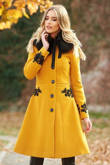 Palton LaDonna mustariu Best Impulse elegant din lana cu insertii de broderie captusit pe interior cu buzunare
