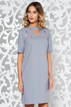 Rochie StarShinerS gri eleganta brodata cu un croi drept din stofa subtire usor elastica