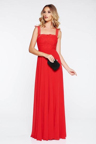 Rochie rosie de ocazie din voal captusita pe interior cu aplicatii de dantela tricotata