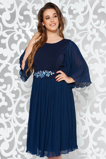 Rochie StarShinerS albastru-inchis midi de ocazie din voal in clos plisata accesorizata cu cordon brodat