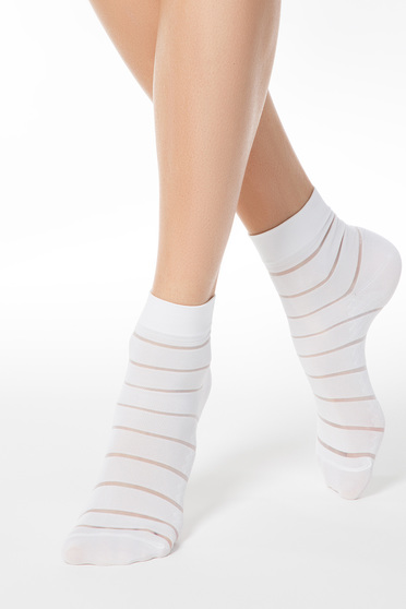 Sosete albe din material elastic cu calcai curbat