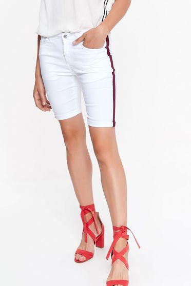 Pantalon scurt Top Secret alb casual cu talie medie mulat din material usor elastic cu buzunare
