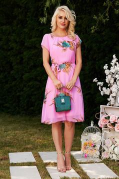 Rochie roz eleganta in clos din material vaporos si transparent captusita pe interior accesorizata cu cordon