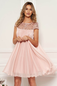 Rochie Artista roz deschis scurta de ocazie cu croi larg din voal cu insertii de broderie