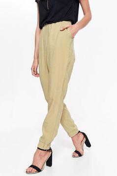 Pantaloni Top Secret crem casual cu talie medie din material subtire cu elastic in talie si buzunare