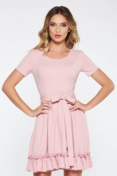 Rochie rosa de zi in clos din material elastic din material moale accesorizata cu cordon
