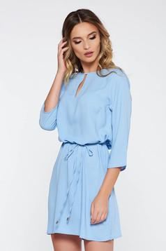 Rochie albastra-deschis casual cu croi larg din material neelastic cu snur in talie