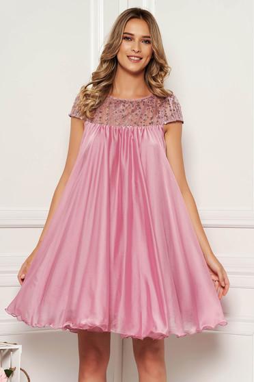 Rochie Artista roz prafuit de ocazie cu croi larg din voal captusita pe interior cu insertii de broderie