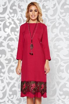 Rochie fuchsia eleganta cu croi larg din stofa usor elastica cu aplicatii de dantela accesorizata cu lantisor