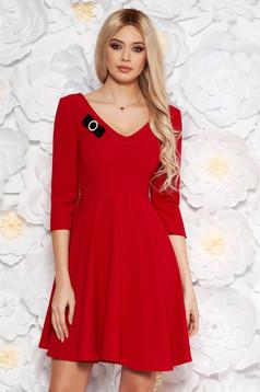 Rochie StarShinerS rosie eleganta in clos din stofa elastica subtire cu decolteu in v accesorizata cu brosa