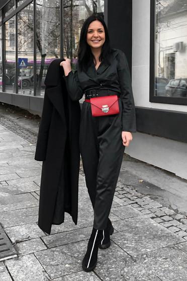 Salopeta StarShinerS neagra eleganta din material satinat cu decolteu in v accesorizata cu cordon