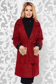 Palton rosu casual din stofa captusit pe interior accesorizat cu cordon si buzunare cu blana ecologica
