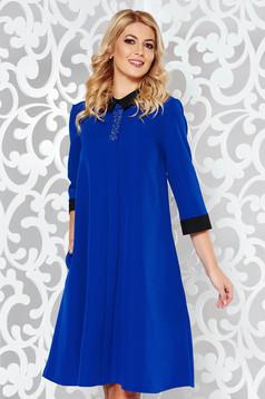 Rochie albastra eleganta cu croi larg din material usor elastic cu aplicatii stralucitoare si cu buzunare
