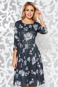 Rochie neagra de zi in clos din material tricotat moale cu imprimeuri florale