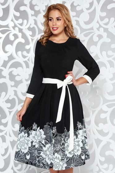Rochie neagra eleganta in clos din material elastic cu imprimeu floral accesorizata cu cordon
