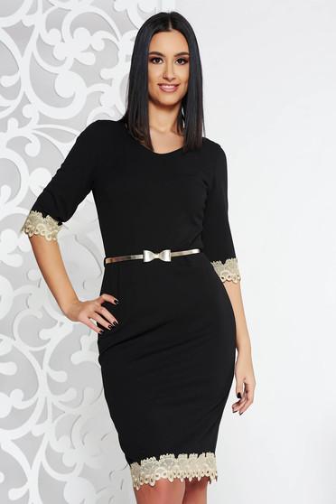 Rochie neagra eleganta tip creion cu maneca 3/4 cu un croi mulat cu aplicatii de dantela cu accesoriu tip curea