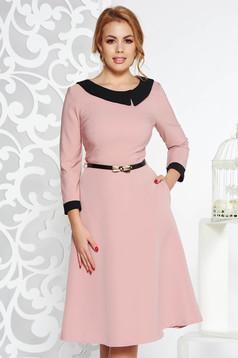 Rochie rosa eleganta in clos din stofa subtire usor elastica cu accesoriu tip curea