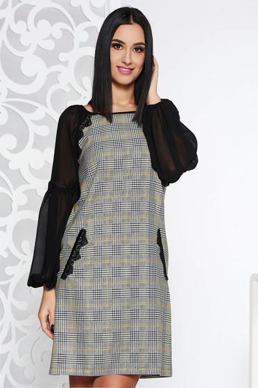 Rochie LaDonna neagra eleganta cu un croi drept din stofa neelastica captusita pe interior cu aplicatii de dantela