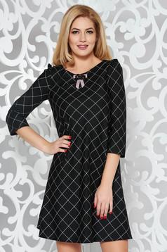 Rochie neagra office cu croi larg din stofa usor elastica captusita pe interior accesorizata cu brosa