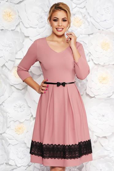 Rochie rosa eleganta in clos cu decolteu in v cu aplicatii de dantela tricotata cu accesoriu tip curea