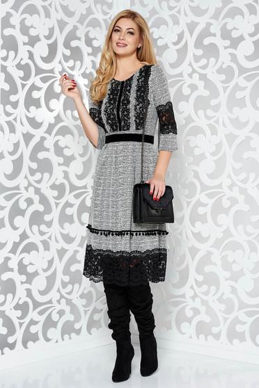 Rochie alba de zi in clos din material moale cu aplicatii de dantela cu ciucuri accesorizata cu cordon