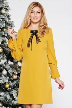 Rochie mustarie eleganta cu croi in a din stofa usor elastica cu maneci trei-sferturi accesorizata cu brosa