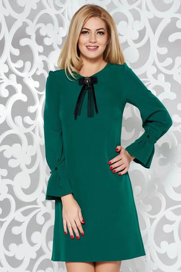 Rochie verde eleganta cu croi in a din stofa usor elastica cu maneci trei-sferturi accesorizata cu brosa