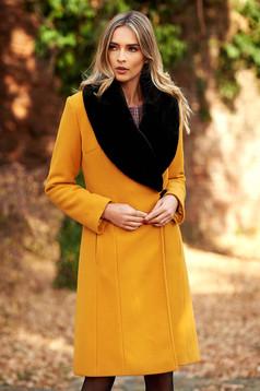 Palton LaDonna mustariu elegant din lana captusit pe interior cu un croi cambrat cu guler din blana