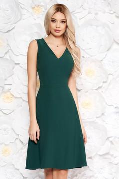Rochie verde eleganta in clos fara maneci cu decolteu din material usor elastic