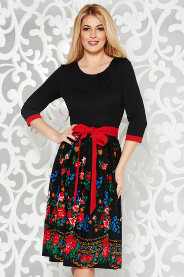 Rochie neagra eleganta in clos din material usor elastic cu imprimeuri florale accesorizata cu cordon