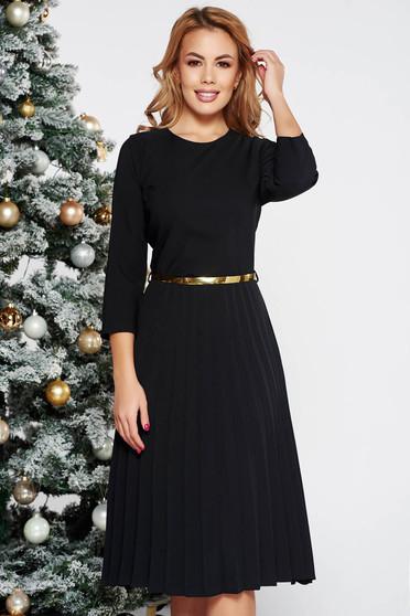 Rochie neagra eleganta in clos plisata din stofa elastica subtire cu accesoriu tip curea