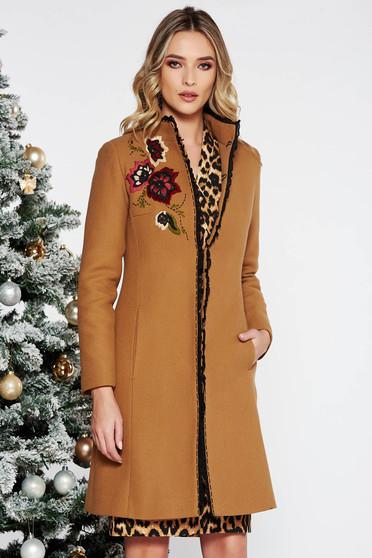 Palton LaDonna maro elegant brodat cu un croi cambrat din lana captusit pe interior cu buzunare
