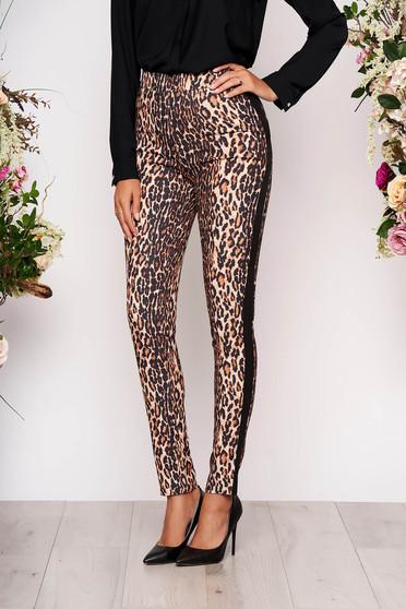 Pantaloni Fofy maro de party cu un croi mulat cu talie medie din material neelastic cu animal print