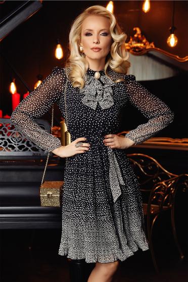 Rochie Fofy neagra eleganta in clos din voal accesorizata cu brosa