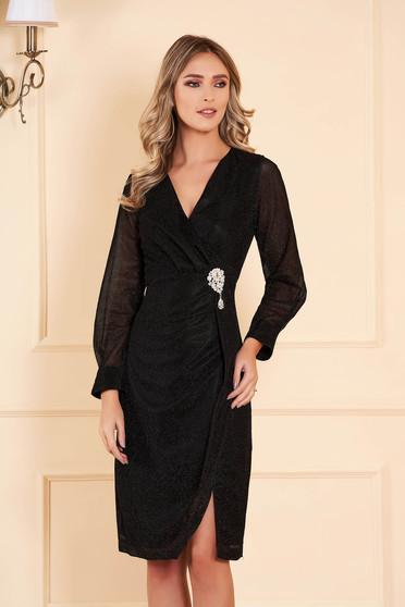 Rochie Artista neagra de ocazie midi din material lucios cu decolteu in v accesorizata cu brosa