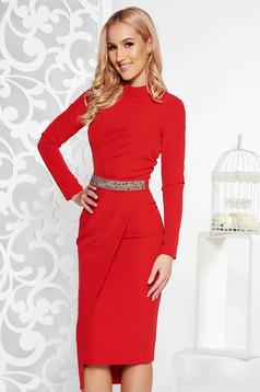 Rochie rosie de ocazie tip creion din stofa neelastica captusita pe interior accesorizata cu cordon