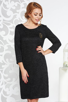 Rochie StarShinerS neagra cu croi larg din material tricotat accesorizata cu brosa cu accesoriu inclus