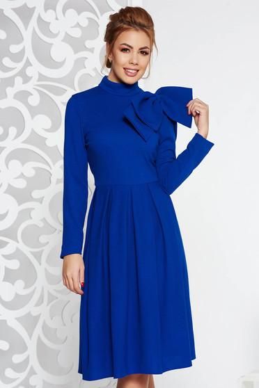 Rochie albastra eleganta in clos din material usor elastic accesorizata cu o fundita