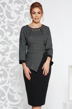 Rochie neagra eleganta tip creion din stofa usor elastica cu peplum aplicatii metalice