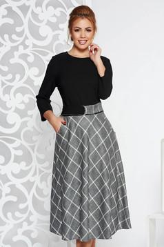 Rochie neagra eleganta de zi in clos din stofa usor elastica accesorizata cu cordon