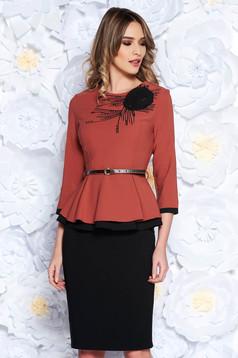 Compleu rosa elegant din stofa usor elastica cu bluza brodata cu accesoriu tip curea si fusta conica
