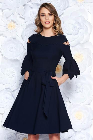 Rochie albastru-inchis eleganta in clos din stofa usor elastica cu ciucuri cu maneci clopot