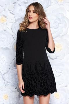 Rochie neagra eleganta cu un croi drept din stofa usor elastica cu aplicatii cu perle