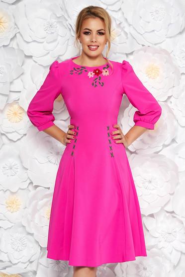 Rochie LaDonna fuchsia eleganta brodata in clos din stofa usor elastica cu maneci trei-sferturi