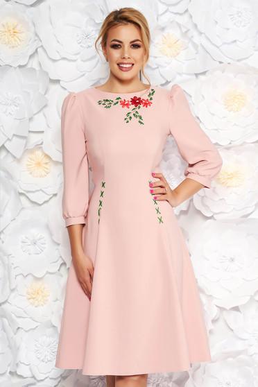 Rochie LaDonna roz deschis eleganta brodata in clos din stofa usor elastica cu maneci trei-sferturi