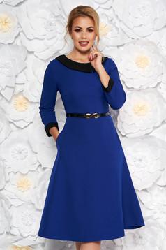 Rochie albastra eleganta in clos din stofa subtire usor elastica cu accesoriu tip curea