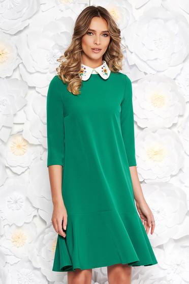 Rochie StarShinerS verde eleganta cu croi larg din stofa usor elastica cu guler rotunjit brodat