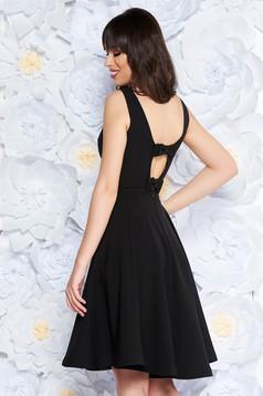 Rochie StarShinerS neagra eleganta in clos din material usor elastic captusita pe interior cu spatele decupat cu fundita